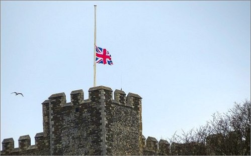 5847-half-mast-flag-at-castle-for-thatcher2.jpg